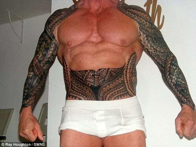 60-летний бодибилдер за год покрыл все свое тело татуировками (15 фото)