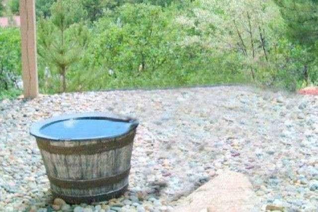 Камера зафиксировала интересную причину пропажи воды из бочки (7 фото)