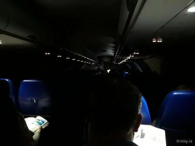 С какой целью при посадке и взлете самолета отключают освещение в салоне? (5 фото)