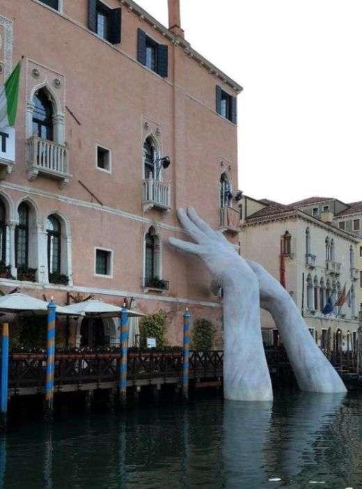 В Венеции появилась скульптура, представляющая собой торчащие из воды руки (3 фото)