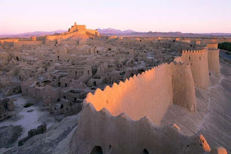 Эта древняя цитадель выглядит как гигантский замок из песка (10 фото)