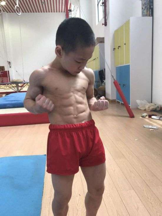 Китайский мальчик поразил всех мускулистым телом (4 фото)