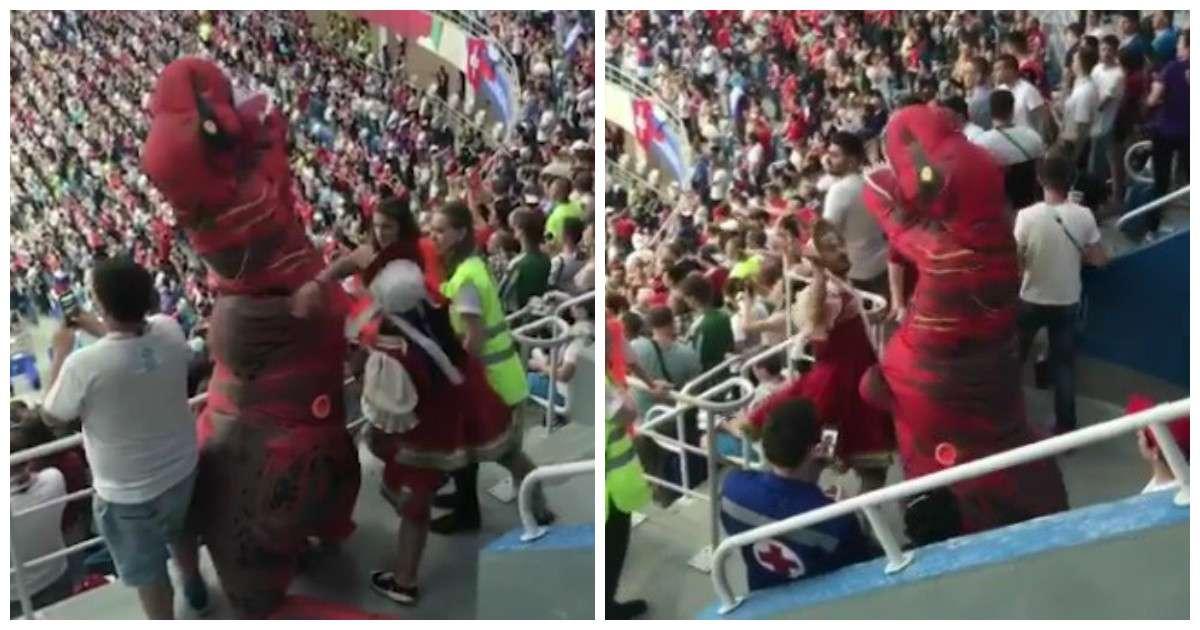 Бородатая женщина устроила разборки с тиранозавром прямо на трибунах стадиона