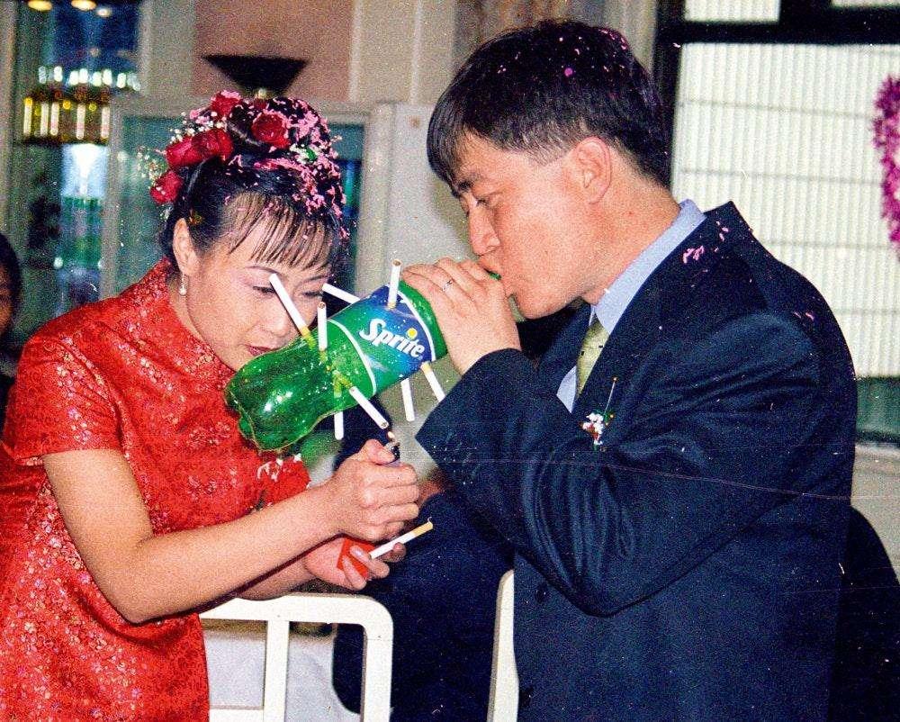 На китайской свадьбе курят все. Фото гостей без сигареты найти проблематично.