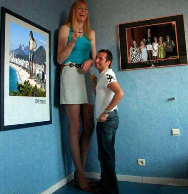 Высокая женщина трахает мне