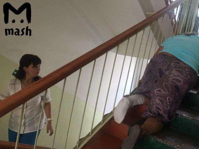 70-летней женщине со сломанной ногой пришлось ползти на третий этаж поликлиники (фото)
