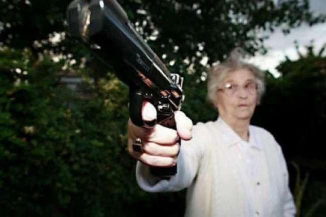Милая старушка из Флориды : » У меня пистолет и я знаю, что с ним делать!»