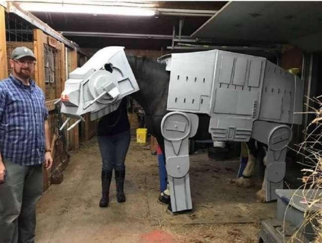 На Хэллоуин лошадь превратилась в AT-AT Walker из &171;Звездных войн&187;