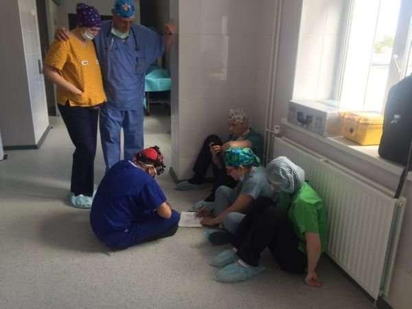 Хирург уже несколько лет тратит свой отпуск на то, чтобы провести бесплатные операции детям