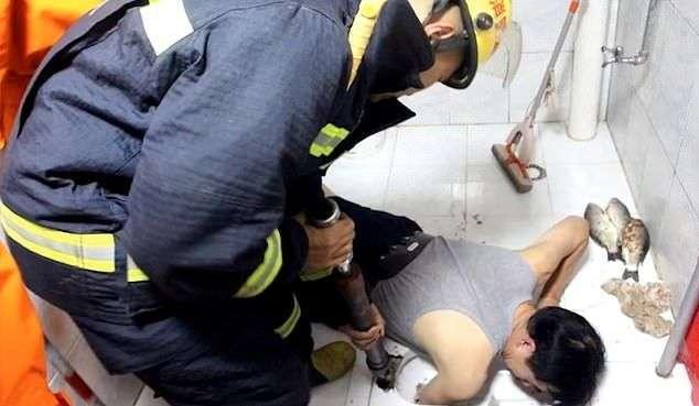 Китаец застрял в унитазе при попытке поймать рыбу (6 фото)