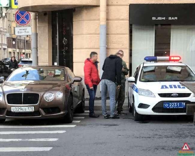 Петербуржец собрал пробку в центре города, перекрыв улицу -Роллс-Ройсом-