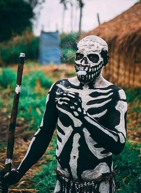 Боевые скелеты племени чимбу отрываются на фестивале (10 фото)