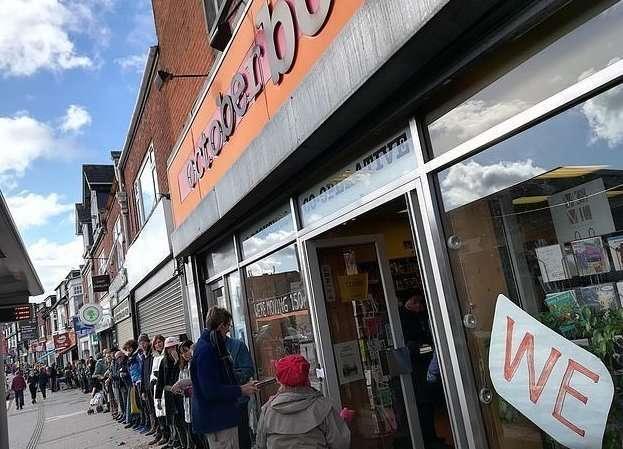 Волонтеры перенесли книжный магазин на руках
