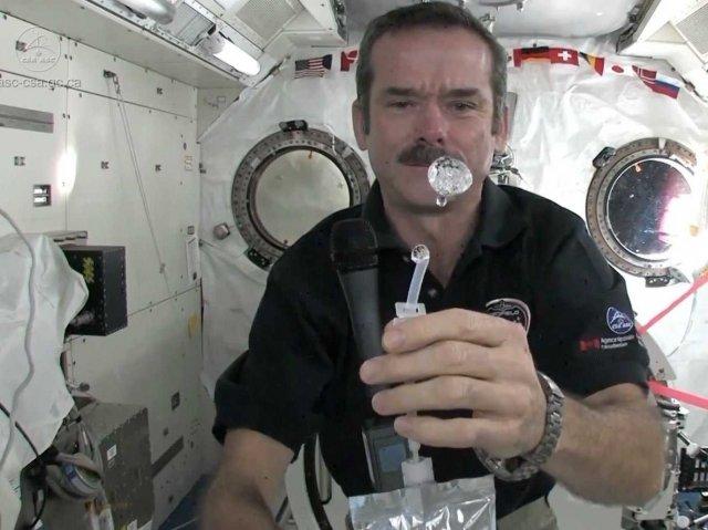 Как помыть руки в космосе (2 фото)
