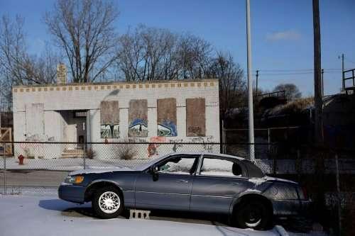 Ржавые и брошенные автомобили на улицах Детройта (14 фото)