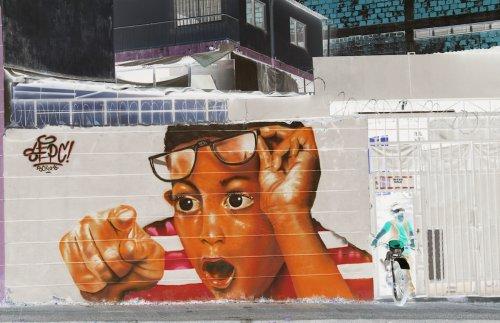 Эти работы уличного художника можно рассмотреть только в негативе (9 фото)