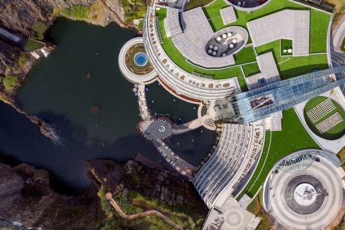 В Китае завершили строительство отеля, расположенного в заброшенном карьере (6 фото)
