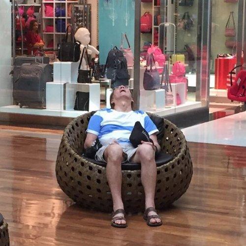 24 фотографии мужчин, томящихся в шоппинговом аду