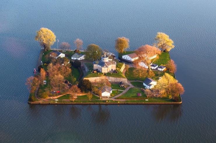 Самые миниатюрные населенные острова мира (11 фото)