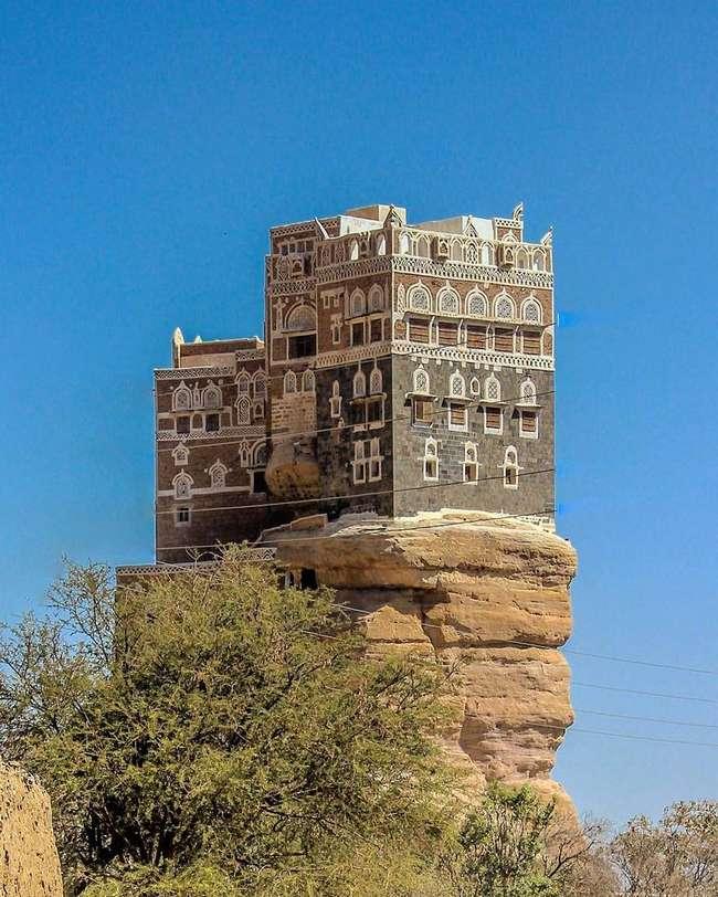 Удивительный -замок-мираж- на скале