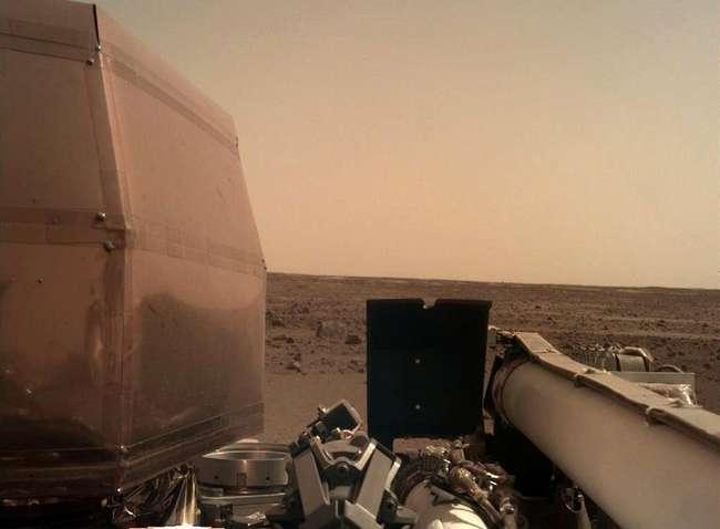 Опубликованы первые фотографии с поверхности Марса
