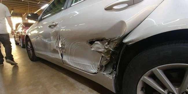 Странные повреждения на двери припаркованного автомобиля