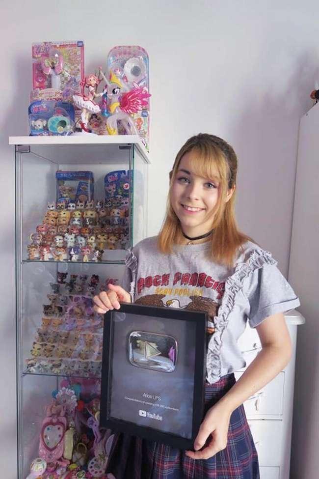 22-летняя девушка уволилась, чтобы стать Ютуб-знаменитостью, играясь игрушечными пони