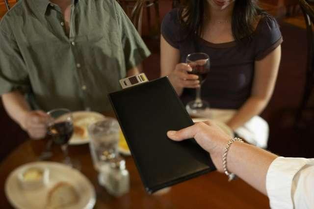 7 хитрых уловок официанта, которые помогут ему обмануть или наказать гостя