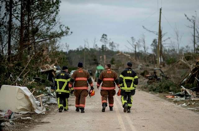 Последствия разрушительного торнадо в штате Алабама