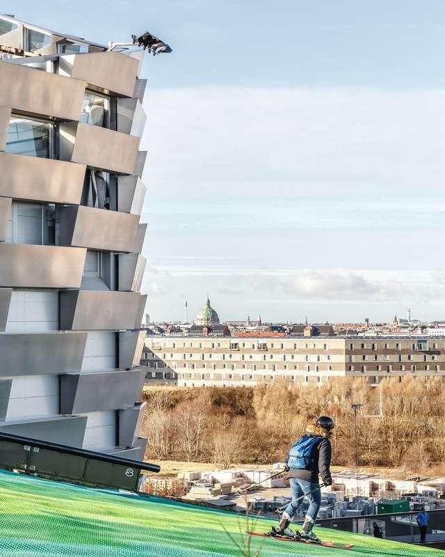 Лыжный склон на заводе по переработке отходов в Копенгагене
