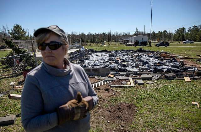 Дом, уцелевший после разрушительного торнадо