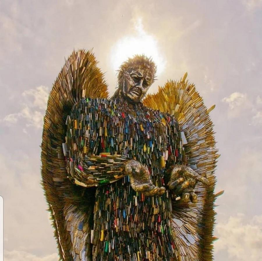 «Ангел из ножей» восьми метровая скульптура Альфи Брэдли