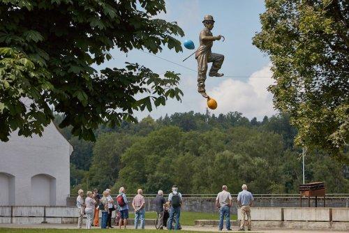 Балансирующие скульптуры Ежи Кендзёры, бросающие вызов гравитации (25 фото)
