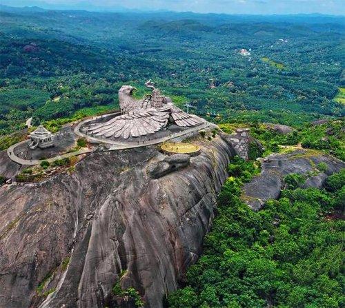 Крупнейшая в мире скульптура птицы в Земном центре Джатаю в Индии (10 фото)