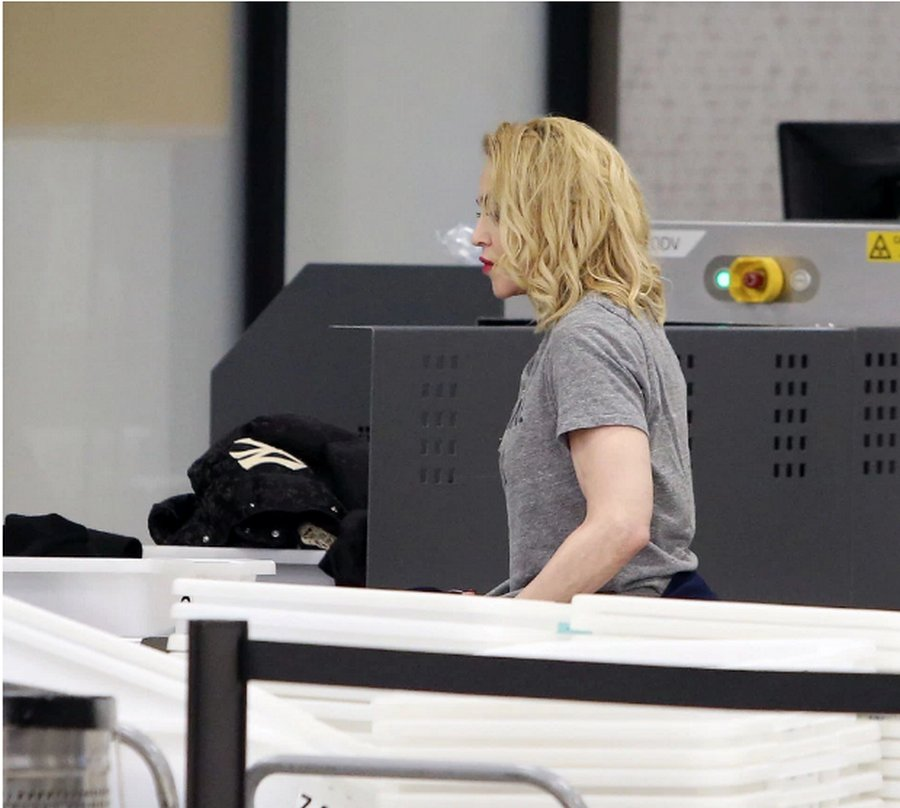 С Мадонны охрана аэропорта Нью-Йорка сняла паранджу
