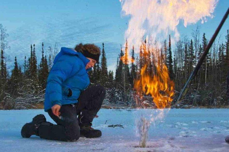 Огонь из подо льда - как такое возможно?