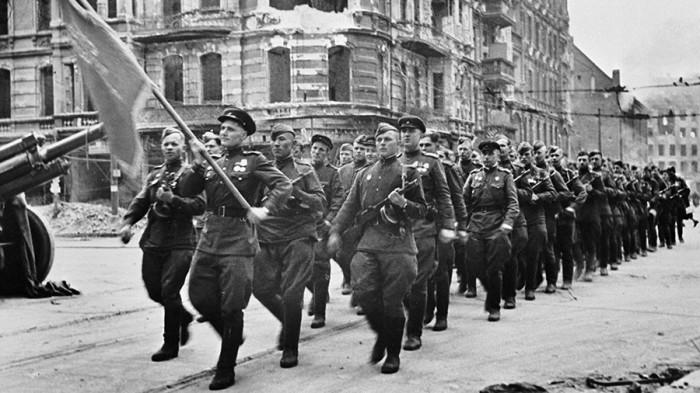 Как советские, английские и американские солдаты маршировали вместе в Берлине: Парады Победы в 1945