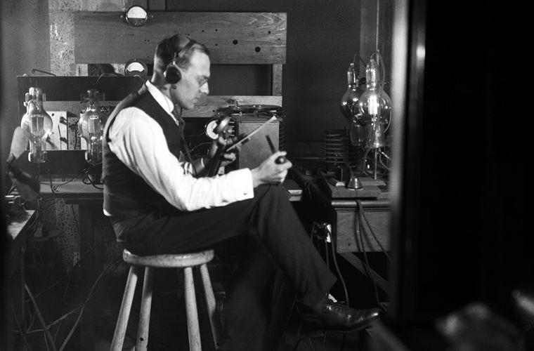 Зачем радиоведущие надевали смокинги в прошлом