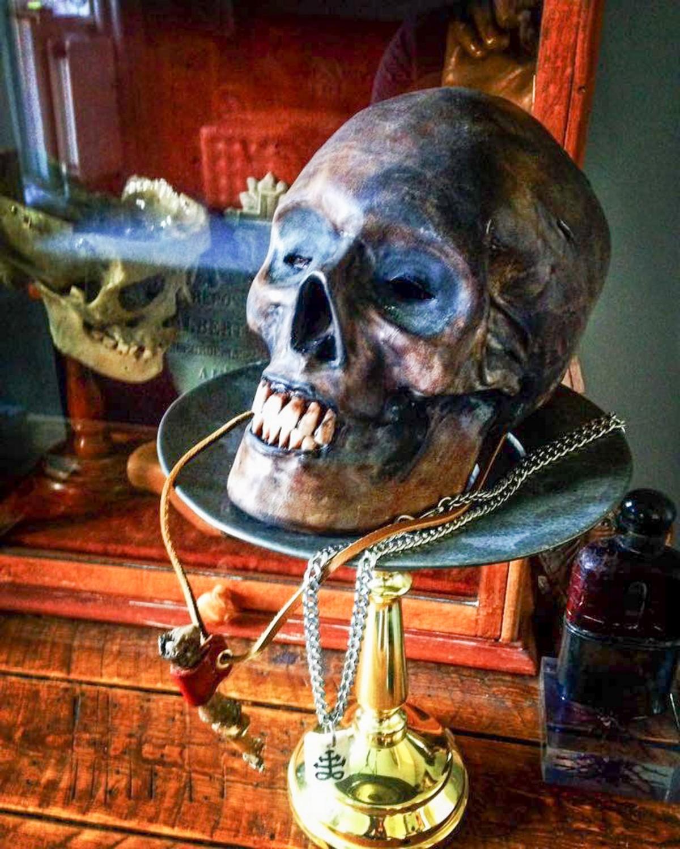 Британец делает украшения и аксессуары из человеческих костей