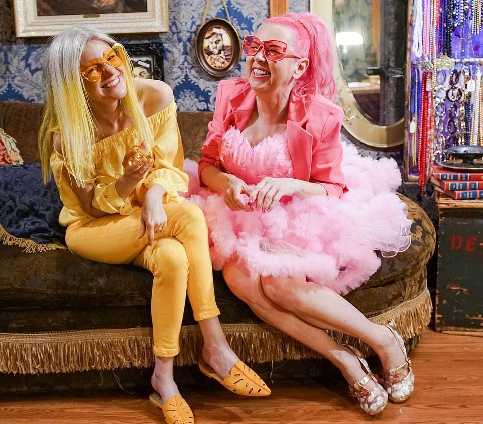блондинка и ее розовый друг христианство