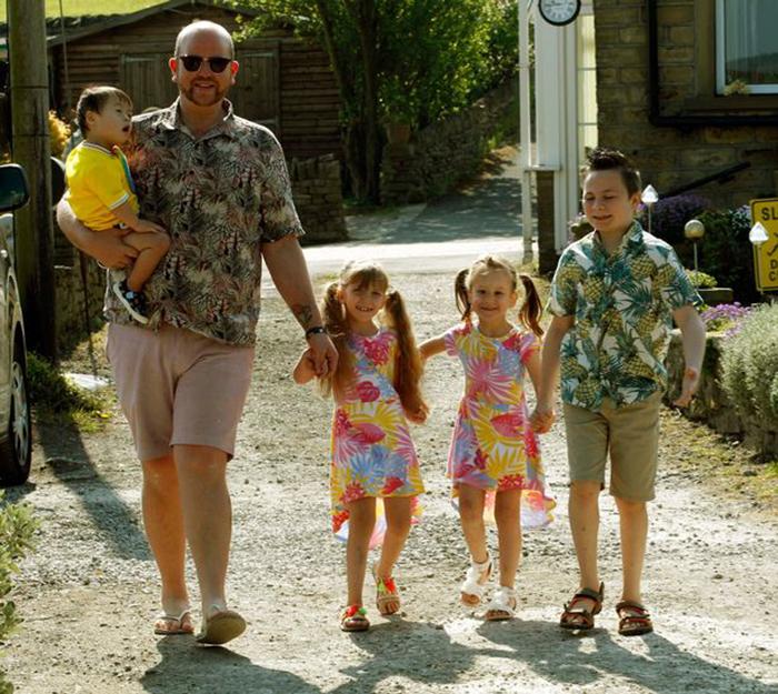 Одинокий мужчина усыновил 5 детей, потому что ему нравится быть папой