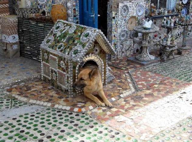 Как выглядит дом из осколков, который мужчина строил 50 лет ( 17 фото )