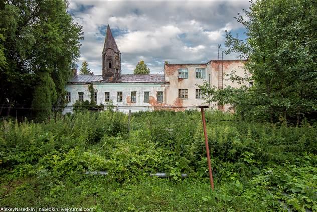 Странное заброшенное место, в котором живут люди ( 26 фото )