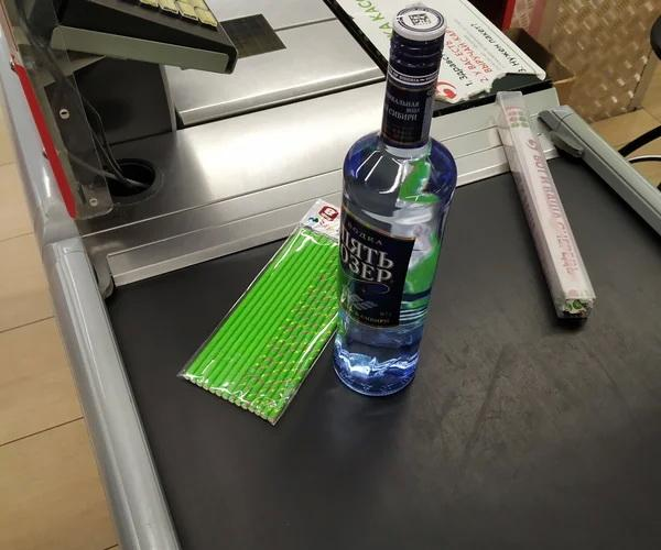 Зачем покупать водку с трубочками, вместо стаканчиков