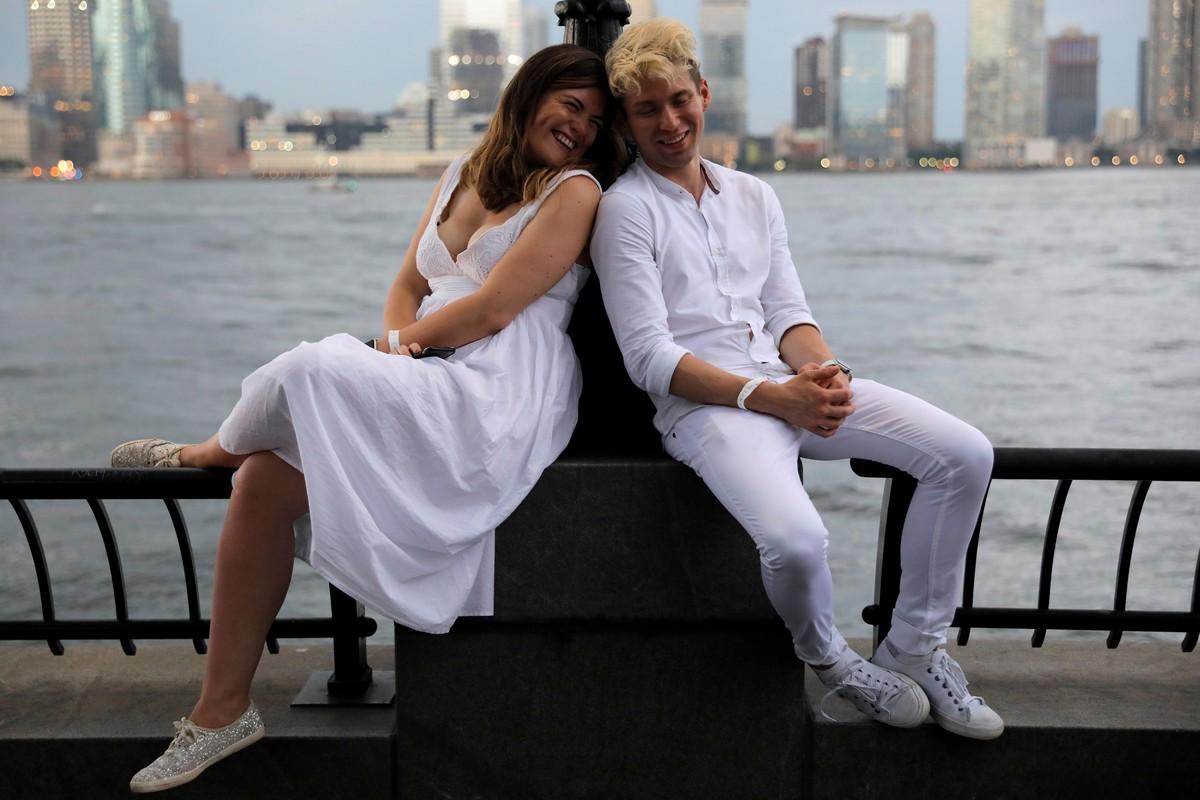 Дождь испортил ежегодный флешмоб -Ужин в белом- в Нью-Йорке