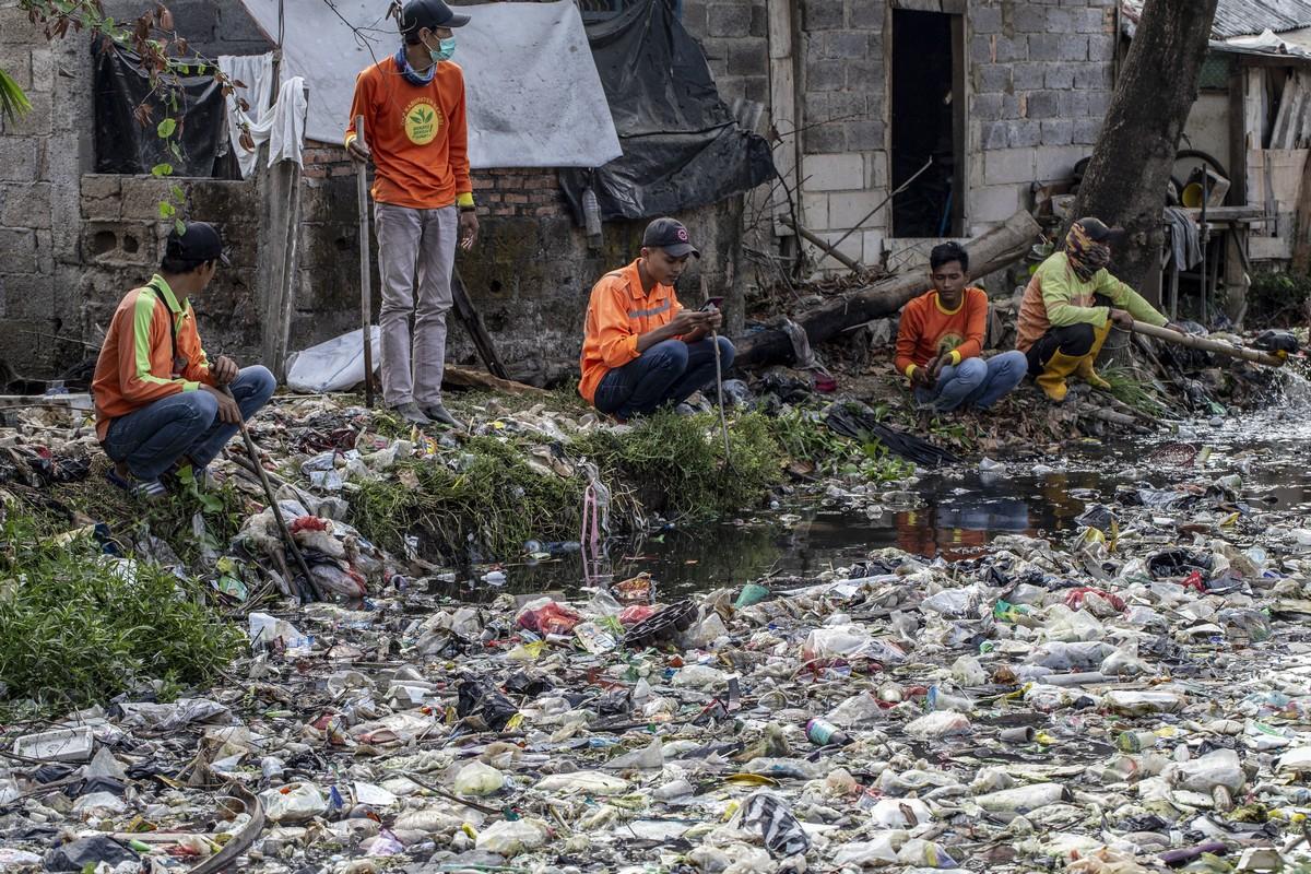Реку в Индонезии загадили тоннами пластикового мусора