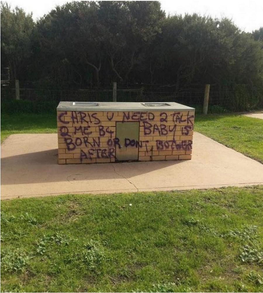 Женщина в Австралии пытается связаться с отцом ребенка через граффити