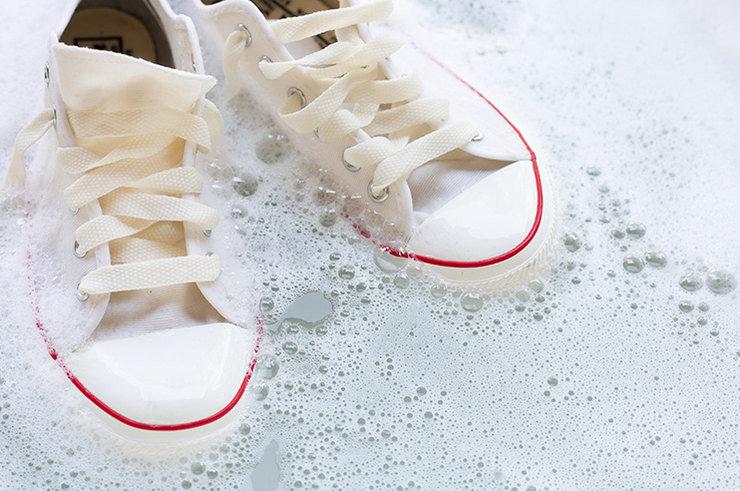 Способы вернуть белым кроссовкам первоначальный вид