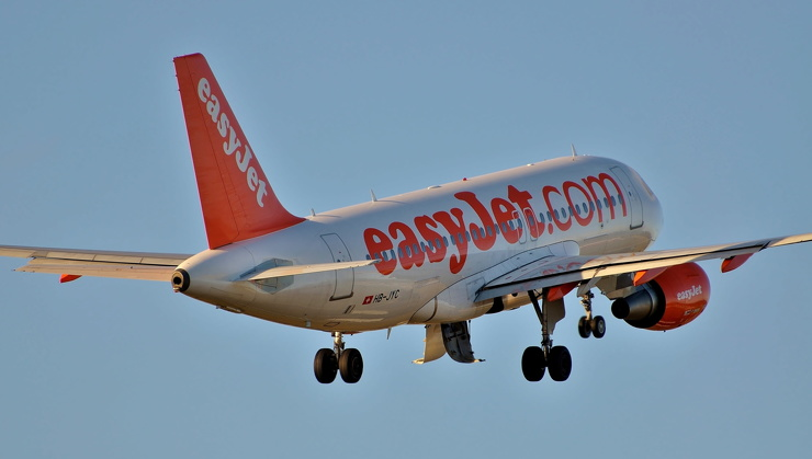 Пассажир сел за штурвал самолета вместо опоздавшего на работу пилота ❘ фото