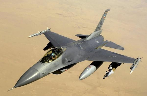 Любители экзотической техники могут купить себе истребитель F-16 за 8.500.00